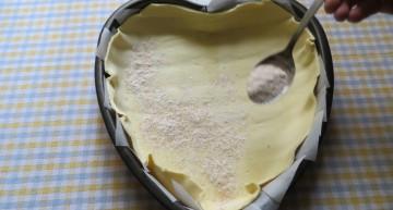 cospargere il fondo di zucchera,farina e cannella