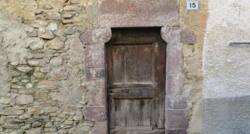 Il piccolo portale protogotico nel borgo storico di Margno Valsassina