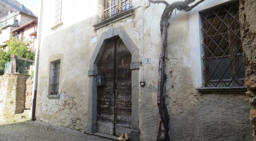 Portale barocco del 1693 nell'antico borgo di Margno Valsassina