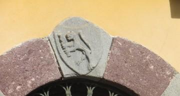 Il portale cinquecentesco vicino alla Chiesa di San Bartolomeo a Margno e l'unico con uno stemma nobiliare